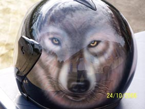 peintre aérographe sur casque moto